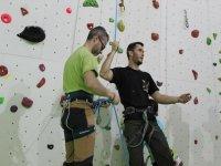Colocando los arnes para escalar