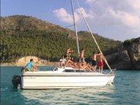 Pasando por el embalse en barco