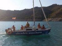 Paseo en barco en embalse