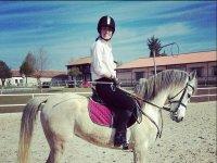 Sonriendo en el caballo blanco