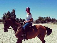 Alumna montando en el caballo