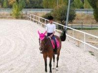En caballo con las orejas cubiertas