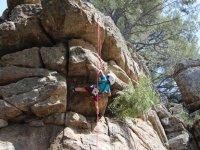 Nino escalando roca