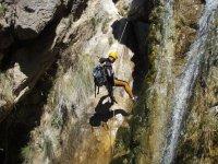 登山运动登山运动瀑峡深谷跳