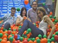 Adultos en la piscina de bolas