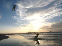 Kitesurf al atardecer, en Famara