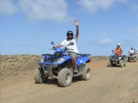 Liderando la ruta en quad azul