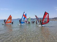 Ogni studente sulla propria tavola da windsurf