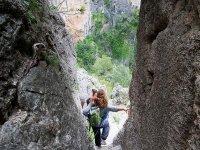 下来通过绿色峡谷的妇女