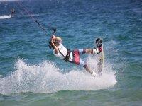 Hacer kitesurf