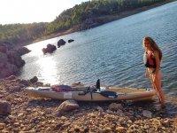 Posando junto al kayaks