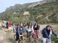 山地自行车在路上