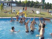 游泳池内的水球