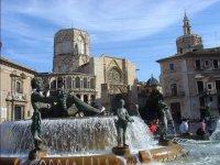 Fuente frente a la catedral valenciana