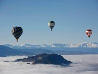 Tres globos sobre las nubes