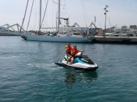 Chica con su pareja en moto de agua