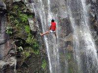最大胆的下坡由登山运动刷新瀑布