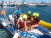 Chicas en embarcacion neumatica