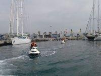Saliendo desde el puerto con las motos de agua