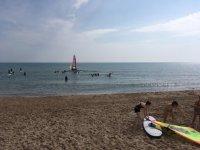 甘迪亚的海滩上从事水上运动的女孩