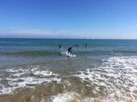 与冲浪板到岸边
