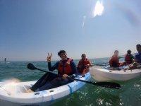 微笑的皮划艇划桨练习三个