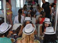 Comedor interior en el barco