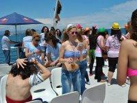 Llevando una bebida en el barco