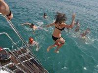 Saltando al agua desde el barco en Valencia