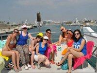Sentadas a bordo en el puerto de Valencia