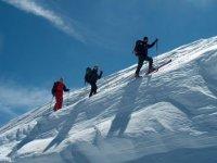 subiendo con esquís