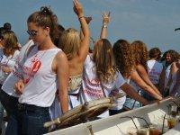 Chicas bailando a bordo