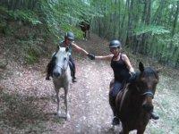 Atravesando el monte a caballo