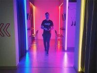 Caminando por el pasillo de la sala de juegos
