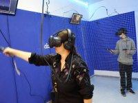 Giocatore nella stanza della realtà virtuale