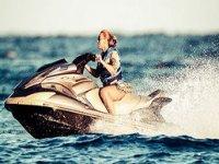 Mujer conduciendo la moto de agua