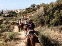 godendo di un percorso equestre