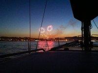 Guardare i fuochi d'artificio dalla barca