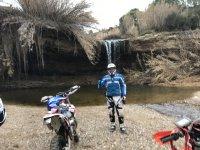 网络耐力赛旅游标志停在瀑布水