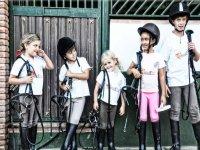 piccoli cavalieri preparati per la lezione di equitazione