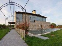 Jardines con piscina del alojamiento en Burgos