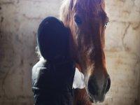 Bambino che abbraccia il cavallo