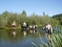 Pasando por el rio con los caballos