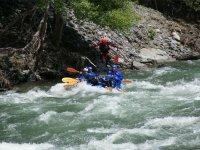 Balsa de rafting entre los rapidos