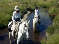 a caballo en el rio