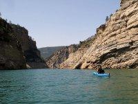 Paseo en canoa por embalse