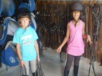 Ninas con material de equitacion