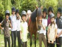 Ninos con caballo