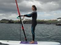 De pie en equilibrio haciendo windsurf