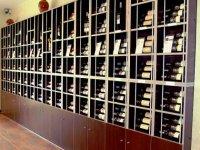 estanteria con vinos